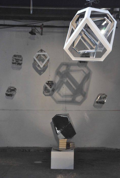 Installation, ombre, ficelle et carton